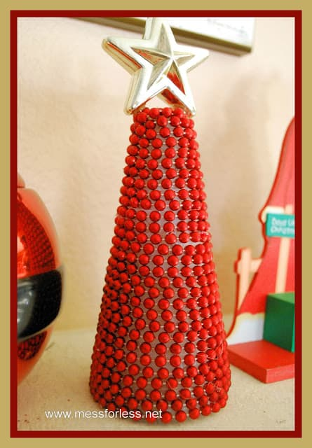 This Beaded Garland Christmas Tree takes only 15 minutes to complete. An easy Christmas craft!