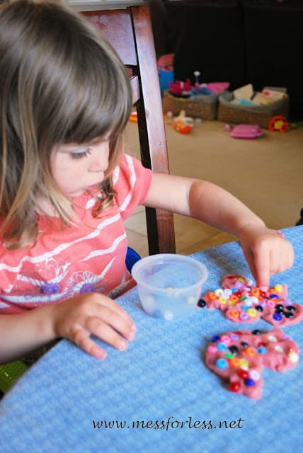 Playdough and beads fine motor play - this is such an easy activity to set up. It kept my kids busy for 40 minutes!