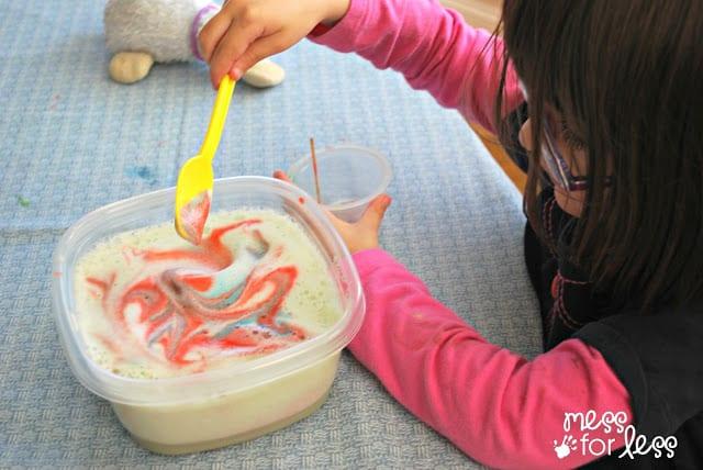 Experimentos con leche y colorante. Experimentos científicos con utensilios y materiales de cocinero/a.