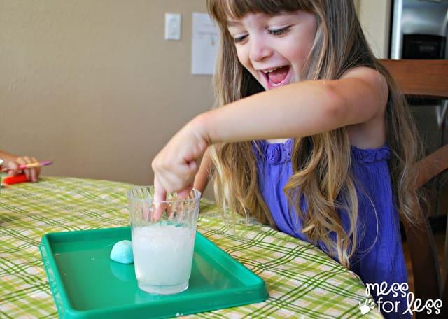 Dropping lotion dough into vinegar
