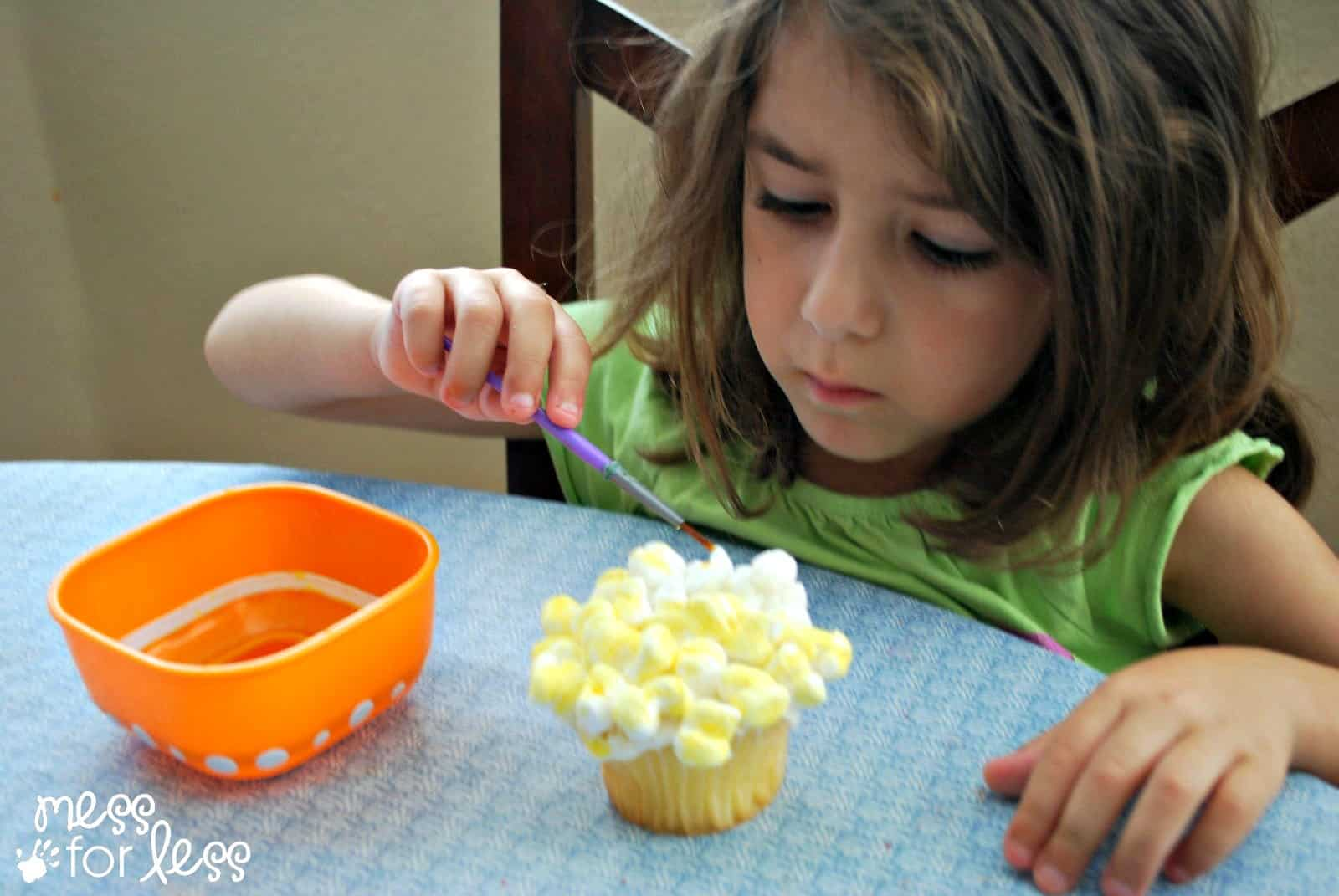 decorating popcorn cupcakes